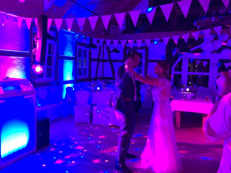 Das Brautpaar beim Hochzeitstanz. Die Tanzfläche wird eröffnet!