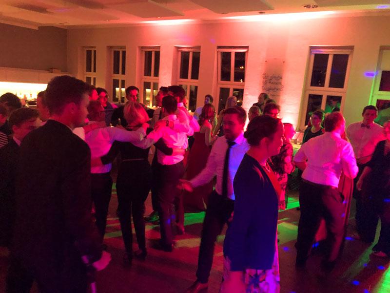 Bei den Klassikern liegt sich jeder im Arm und die Tanzfläche wird noch einmal gut gefüllt