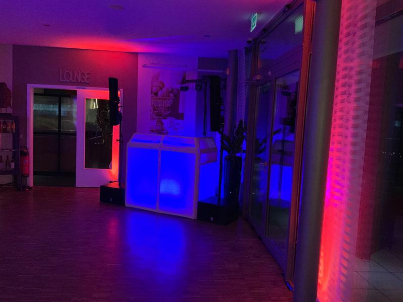 Meine DJ-Kabine kann auch beleuchtet werden und ergtänzt jede Tanzflläche!